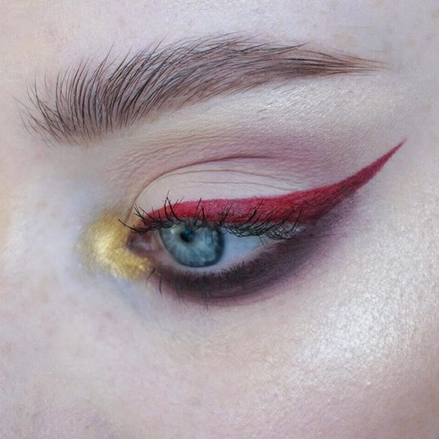 Close up for the look for my collab with @emmamelinaa ❤ go check her out!! | @katvondbeauty Metal Matte palette (silk, suede, velvet) + @nyxcosmetics liquid lipstick on Monte Carlo as liner + @mehronmakeup metal powder in gold | Brows: @artdeco_cosmetics clear brow gel + @narsissist Bellissima duo | #mua #makeupartist #artist #eyes #blueeyes #freckles #skin #mine #mywork #eyemakeup #eyeshadow #abstract #editorial #editorialmakeup #brows #metal #liner #wingedliner #lashes  #mehron #katvond…