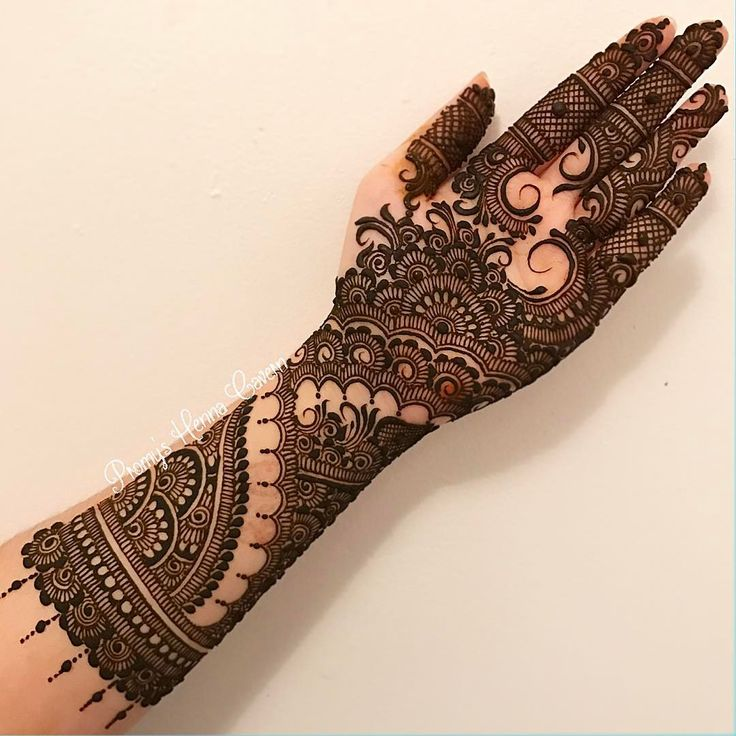 I decided to stick to some really simple elements. I wasn't really in the mood to finish the palm but I pushed myself. So here's the finished work. #henna #intricate #hennaartist #hennadesign #hennatattoo #temporarytattoo #bodyart #sleevetattoo #bridal #bridalhenna #nyc #nychenna #culturalheritage #nychennaartist #festive #hennalookbook #maharaniweddings #traditionaltattoo #artistic #organichenna #promyshennacavern #artwork #linework #imagination #brooklyn #manhattan #instadaily #summerwe...