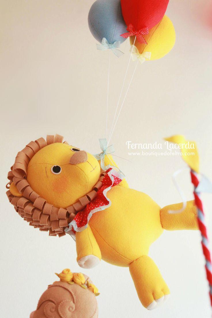 """""""Festa em Feltro: a magia do Circo""""  por Fernanda Lacerda  Boneco Leão 3D, todo feito em Feltro. Pendurado por balões, também de Feltro!"""