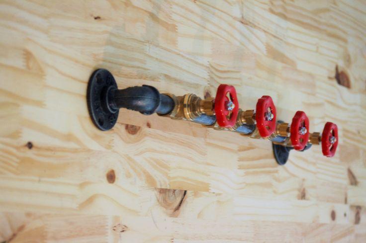 Patère / porte-manteau fonte et 4 valves rouge
