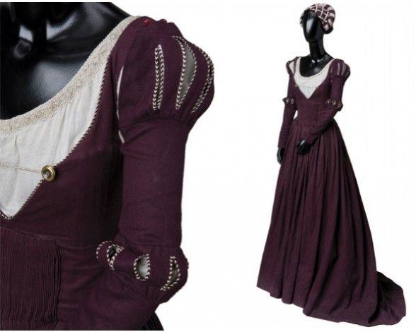 """Este es un traje de corte renacentista, que al igual que los masculinos, está adaptado para mejorar la comodidad de la actriz. Según la propia diseñadora """"se han minimizado el número de prendas"""" que se utilizaban en la época para evitar..."""