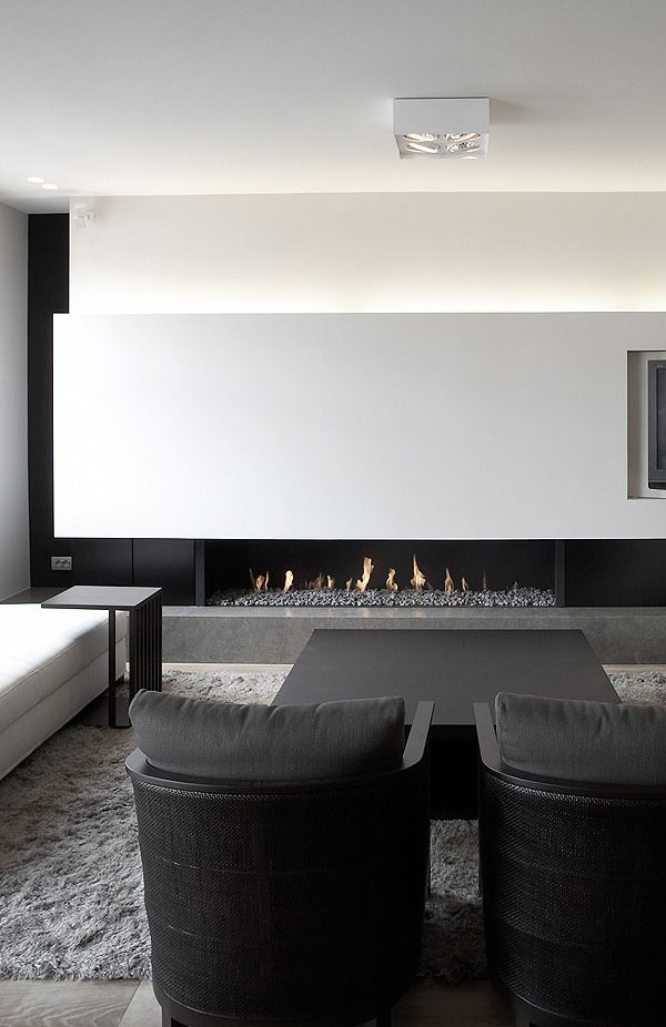 Coin cheminée design et minimaliste en noir et blanc | Black and White Minimalist fireplace