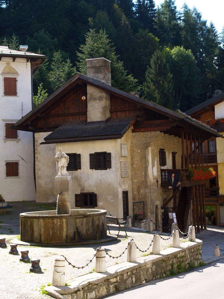 Fontana e Casa del Tiziano Pieve di Cadore Belluno Dolomiti Veneto Italia