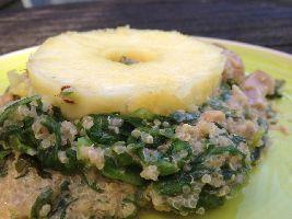 Een bijzonder Voedselzandloper recept: Gewokte andijvie met quinoa, kalkoendij, ananas en cashewnotensatésaus.