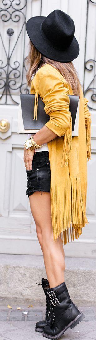 Street Style: Denim, Fransen und Hut, eine stilsichere Kombination für diese Saison.