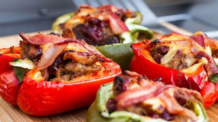 Peperoni ripieni di carne al barbecue con bacon e formaggio Cheddar. Ricetta. http://winedharma.com/it/dharmag/maggio-2014/peperoni-ripieni-di-carne-al-barbecue-con-bacon-e-formaggio-cheddar