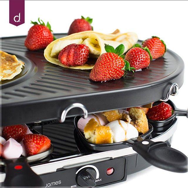 Erdbeer-Bananen-Raclettekrepp. Funktioniert perfekt auf einer Umklammerung, und Sie können allerlei Leckereien aus den Pfannen unten hinzufügen!   – Abby Eliot Sink