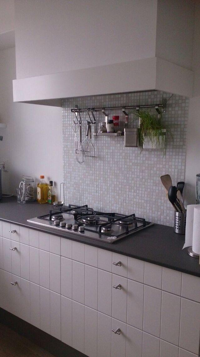 Koof en gladde achterwand keuken.