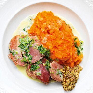 En älskad husmansrätt! Genom att koka benfri rimmad fläsklägg med lök, morot, kryddpeppar och lagerblad får du en suverän buljong att smaksätta rotmoset med. Ett rotmos med betoning på morötter, följt av kålrot och potatis.
