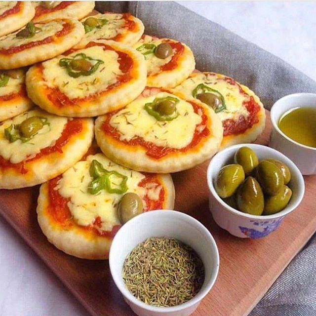 طريقة عمل ميني بيتزا مع طريقة عمل صلصة البيتزا في المنزل Food Cooking Recipes Middle East Recipes