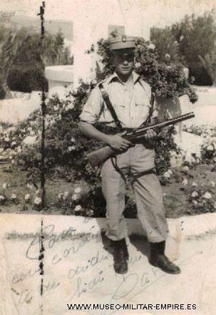 El policía del ejército español Alfonso Carlos Alsúa sostiene un subfusil naranjero junto a un pozo de agua en el cuartel de la Policía de Tagragra, Alfonso Alsúa y otros hombres serían tomados prisioneros por las bandas armadas marroquíes y llevados a Marruecos, donde sufrieron innumerables maltratos y vejaciones, recien serían  liberados en 1959. Guerra de Ifni 1957-1958.  guerra de ifni 1957-58.