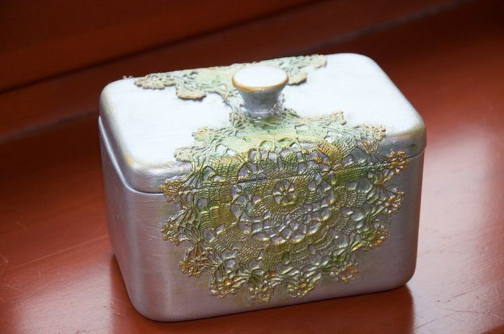 Festett porcelán dobozka, csipke díszítéssel.  Készitette: Farkas Anna