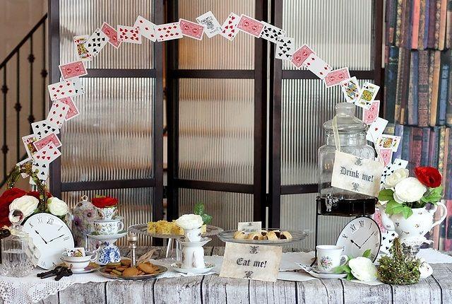 Alice in wonderland dessert table // 不思議の国のアリスがテーマのデザートビュッフェデコレーション   ベンジャミンズパーティー