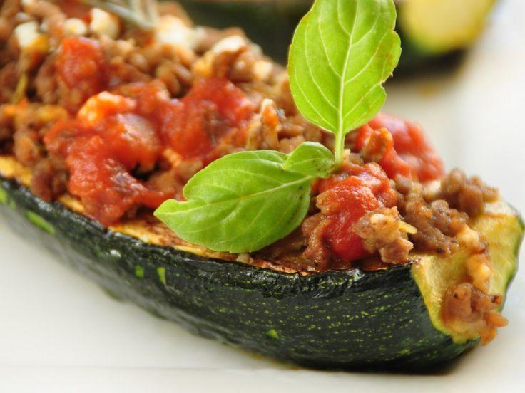 courgette, oignon, ail, boeuf haché, tomate pelée, Huile d'olive, herbes de Provence, sucre, cube de bouillon, Sel, Poivre, gruyère...
