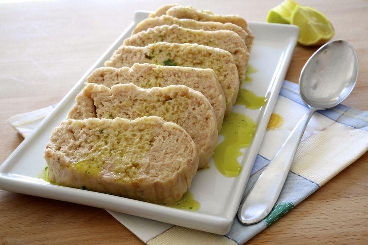 Il polpettone di tonno e patate è perfetto per un fresco pranzo estivo: non ha nemmeno bisogno di cottura!
