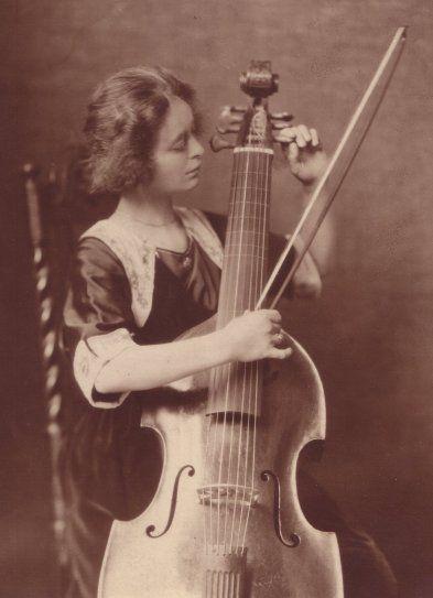 Helene Dolmetsch 1922 with her Bergonzi viola da gamba