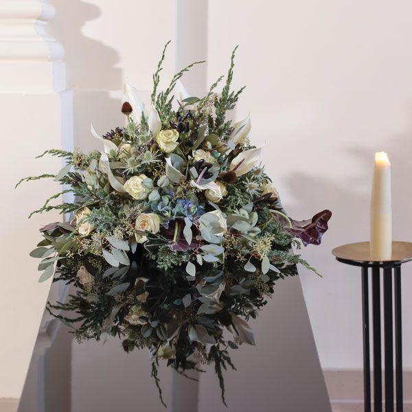 Rouwarrangement Seizoen Winter. Bijzondere rouwarrangementen in verschillende vormen of met een symbolische betekenis, bij Afscheid met Bloemen vindt u het allemaal. In de rouwarrangementen gebruiken wij grote, bijzondere bloemen, altijd uit het seizoen. Gemaakt door Afscheid met Bloemen.