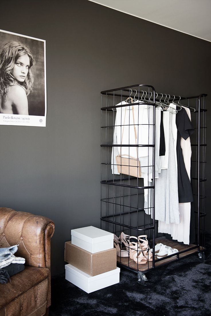 Black wall, black floor and leather: cosy and chic