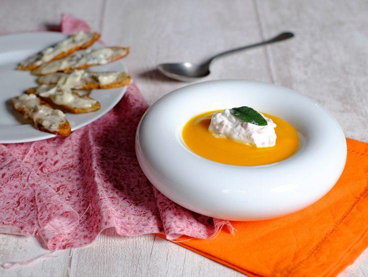Velouté de Butternut, mousse de jambon à la sauge et tartines de gorgonzola