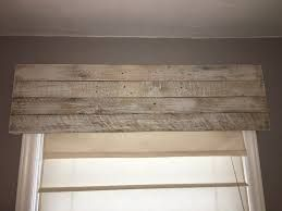 Résultats de recherche d'images pour «cantonnière de fenêtre bois»