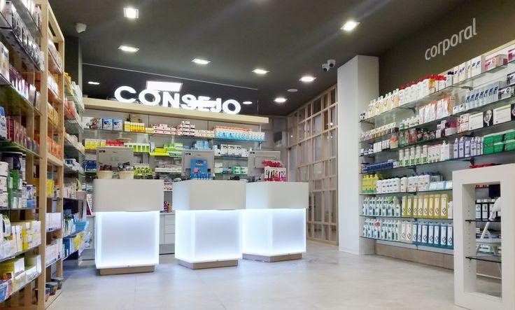 Interior de la farmcia Calle Coruña con mostradores