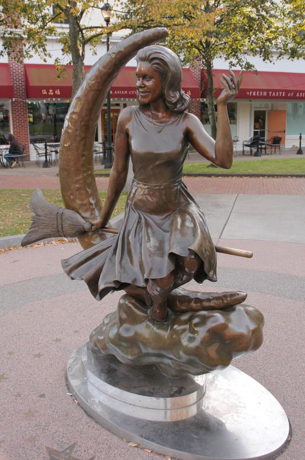 Statue of Elizabeth Montgomery in Salem  (Samantha Bewitched)