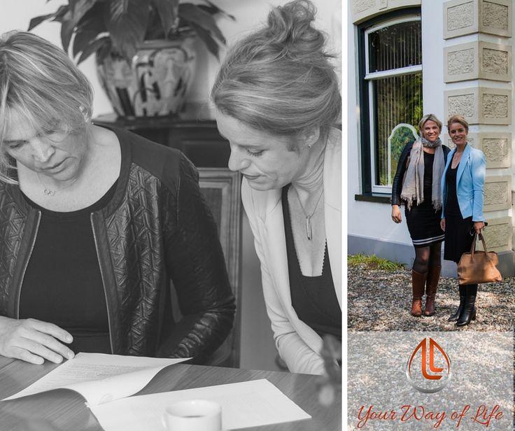 Lieve #womenoftoday, onze stichting en ons bedrijf zijn een feit. Per 1 juni zijn wij officieel opgericht en eigenaar van ons nieuwe platform. De aktes zijn getekend en we bereiden ons voor op de lancering van LivelyLives.com en de LivelyLives Foundation. We zijn super gelukkig met deze stap en met de lieve medewerking van Hennie De Groot-Sempel die ons historische moment vast wilde leggen bij de notaris. Na de zomer gaat het webportaal live of liever gezegd; wordt het 'lively' wat we doen.