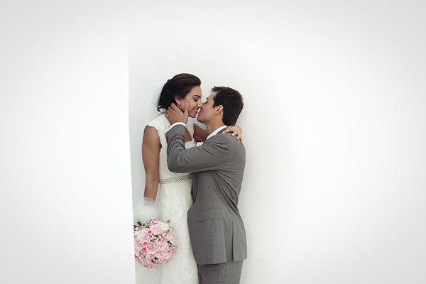 A beautiful destination wedding in Greece! #romanticrealwedding #destinationweddinggreece #weddinginSantorini See more: http://www.love4weddings.gr/romantic-wedding-santorini/