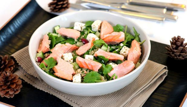 Lag en smakfull salat med kokt laks, quinoa, agurk, sukkererter, koriander og fetaost til middag. En slik middag gjør seg også godt som lunsj dagen etterpå.