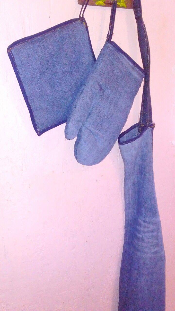 Mandil de cocina con pantalón de mezclilla reciclado.