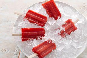 Invitez les enfants à préparer ces sucettes glacées qui se dégustent sans dégouliner partout! Elles seront prêtes à mettre au congélateur en 10minutes. De quoi vous laisser le temps de profiter du soleil!