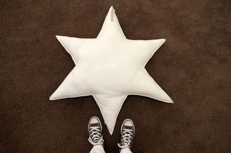 Op verzoek een stappenplan voor het tekenen van een ster. Want, zo zei ik op Facebook: het maken van een sterrenkussen is echt heel eenvoudig. Wat door een Facebookster werd geloofd, maar het moeilijkste leek haar het tekenen van de … Vervolgd