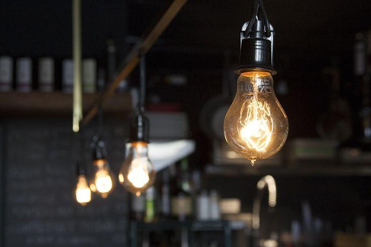 Żarówki dekoracyjne nawiązujące stylistyką do żarówki stworzonej przez Thomasa Edisona nadadzą pomieszczeniu niepowtarzalnego klimatu i wprowadzą jego użytkowników w relaksacyjny nastrój.  Jej subtelne ciepłe światło połączone z unikalnym designem sprawdzi się zwłaszcza we wnętrzu zaprojektowanym w stylu retro, minimalistycznym lub loft.  Już dziś skorzystaj z jesiennej promocji i rabatu na zakup żarówek ✂✂