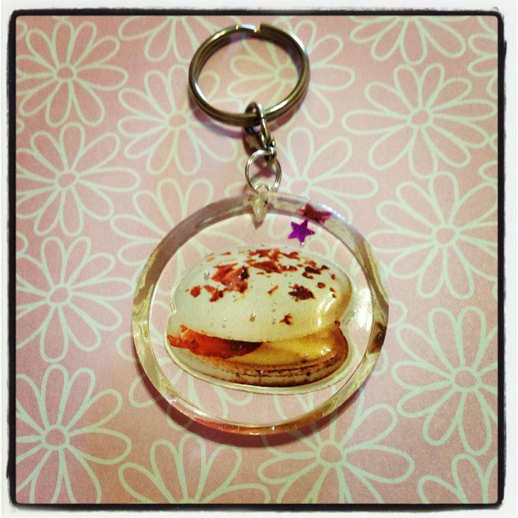 A vanilla macaron resin keychain to hang all your keys from! A little dark pink star is also embedded in the resin, and this keychain is approx. 4cm in diamater, and 0.5cm thick.  *** Please remember that this is a hand crafted item, and therefore will not always look exactly as pictured as som...