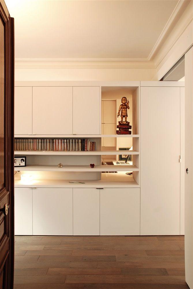 Depuis l'entrée de l'appartement, le meuble-structurant permet de créer un filtre entre l'espace d'accueil et le bureau. / ©Simon Vaquaethem