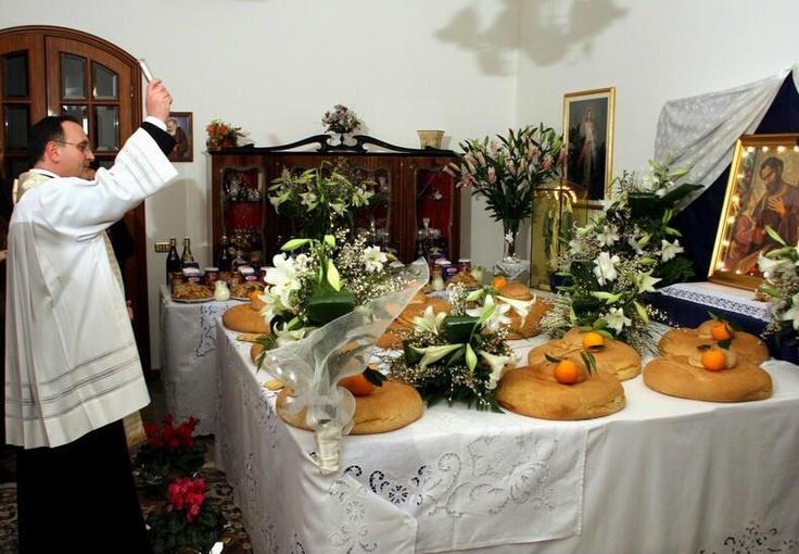 Qui siamo nel Salento, durante la benedizione delle Tavole nelle case dei fedeli.   Grazie a @ilfototipo che ci ha inviato questo scatto su Twitter :)