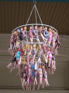 Kroonluchter van Barbie's. Even goed inslaan op Koninginnedag