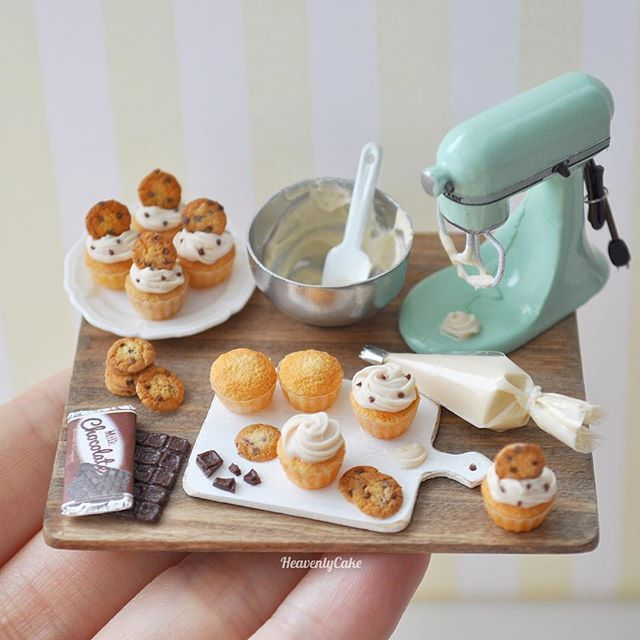 Chocolate chips cookie cupcake baking scene completed:) チョコチップクッキーカップケーキのベイキングシーン完成しました今回クリームのボウルは少し控えめに… 積まれてるクッキー、封を開けてる板チョコのみ台に接着済みです。お皿の上、まな板の上のカップケーキはそれぞれ接着済み。#miniaturefood #miniaturekitchen #miniaturekitchen