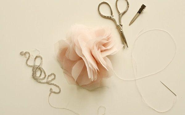 As flores de tecido sempre são bem-vindas no nosso site, e por isso hoje temos um tutorial muito simples de como fazer flores de tule realmente lindas. Não deixe de fazer estas flores de tule em casa, sejam para você ou para fazer um presente especial a alguma amiga. Nem sempre a gente consegue artesanatos lindos e baratos.