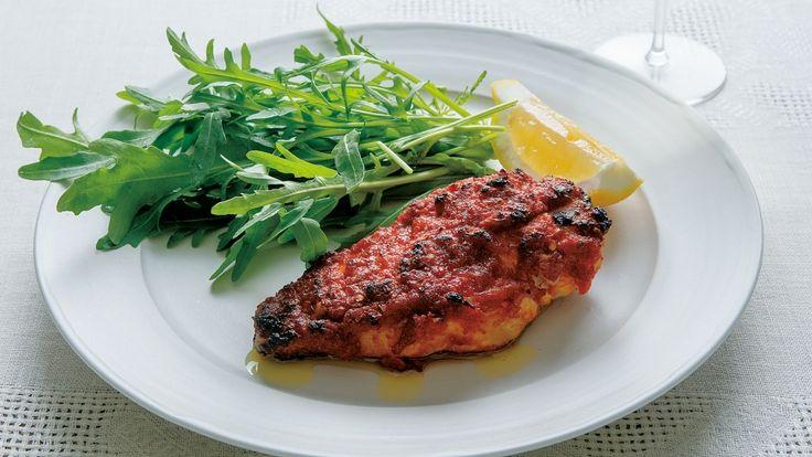 有元 葉子さんの鶏むね肉を使った「パプリカチキングリル」のレシピページです。赤パプリカをペースト状にして鶏肉をマリネし、シンプルに焼いた一品です。 材料: 鶏むね肉、A、好みの葉野菜、レモン、塩、オリーブ油