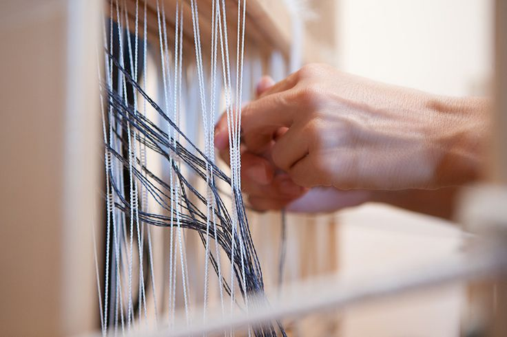 Fasi della tessitura a mano. #ecofashion #madeintuscany