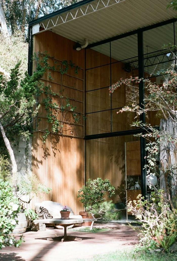 Charles e Ray Eames e sua casa moderna com jardim   – Interior