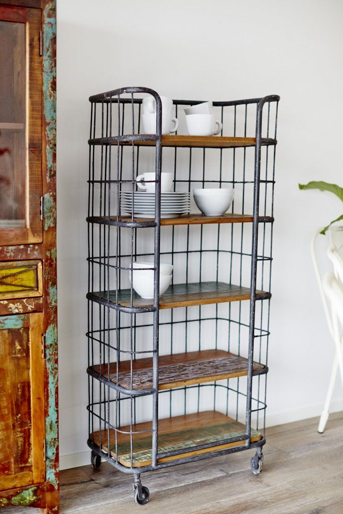 Mycket gedigen och karaktärsull hylla med metallramar och hyllplan av färggrant återvunnet trä   Bredd/Höjd/Djup: 65/150/41 cm