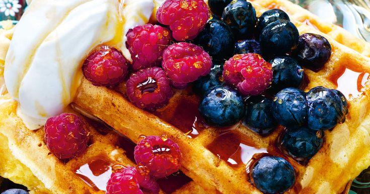 Belgiska våfflor kräver ett belgiskt våffeljärnsom du hittar i butiker som säljer köksredskap. De här veganska våfflorna blir tjocka, härligt krispiga på utsidanoch mjuka och värmande på insidan. Servera med vegetabilisk grädde, färska bär och lönnsirap och du har världens lyxigaste frukost!