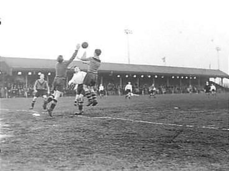 Spelmoment uit de wedstrijd AFC - Be Quick. Gespeeld op 21 januari 1950