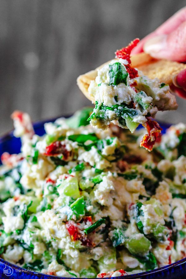 Here is an impressive last-minute appetizer: Mediterranean feta cheese dip with fresh basil, chives and sun-dried tomatoes! A quick cheese dip that is ready in 5 minutes or so!