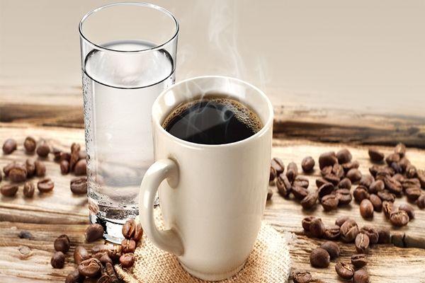 A kávézókban általában a kávé mellé felszolgálnak egy pohár vizet is. Ez egy nagyon jó hagyomány, de te tudod mégis miért?