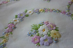 BEAUTIFUL VINTAGE HAND EMBROIDERED TABLECLOTH-WONDERFUL DETAILED EMBROIDERY | eBay
