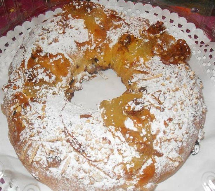 Le Gâteau-Reine, est faite avec une délicieuse garniture de chila (ou courge) et de la cannelle, qui relie très bien avec la pâte molle et des fruits secs.