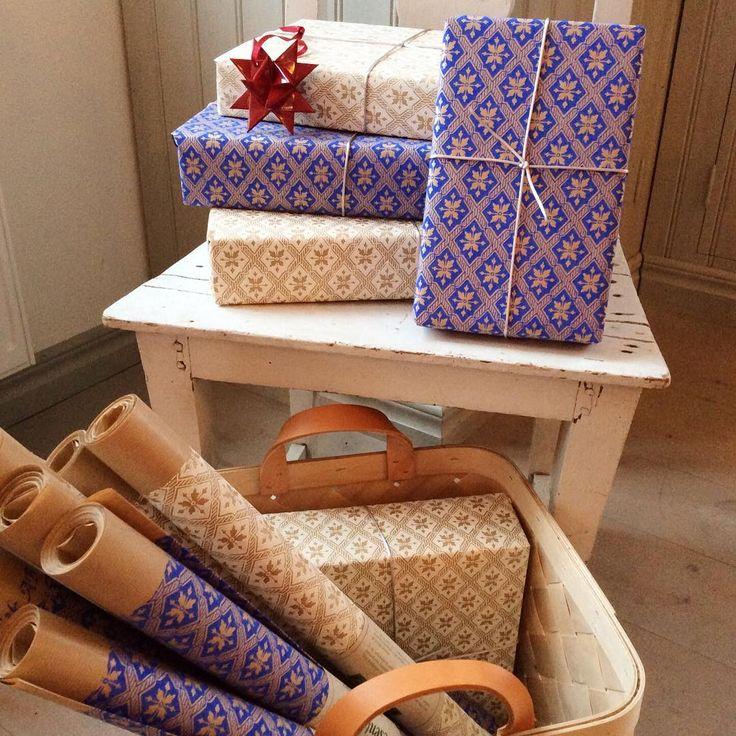 Julens vackraste presentpapper kommer från Lim och handtryck! Finns på 5m rullar i blått och vitt. #presentpapper #limochhandtryck #julklapp #versodesign #spankorg #tranes #traneshandelskompagni #gislöv